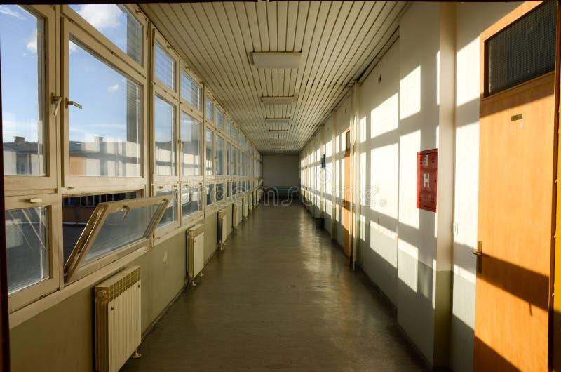 Largo pasadizo en la Universidad Corredor en edificio moderno Paso escolar Sala Resumen imagen de archivo
