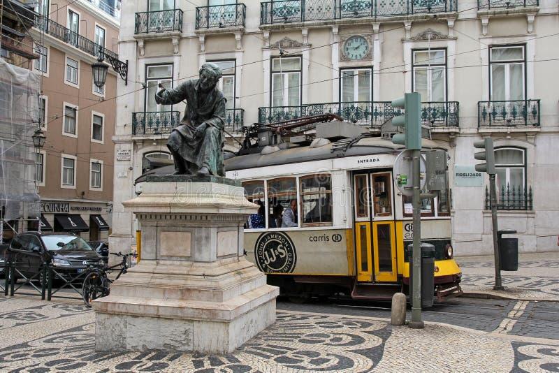 Largo robi Chiado kwadratowi z statuą Antonio Ribeiro i historyczny tramwaj w Lisbon obraz stock