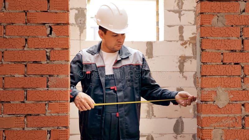 Largura de medição de construção adulta da entrada fotografia de stock