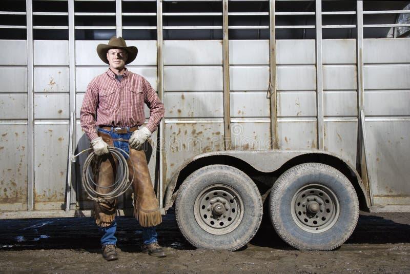 Lariat desgastando da terra arrendada do chapéu de cowboy do homem foto de stock
