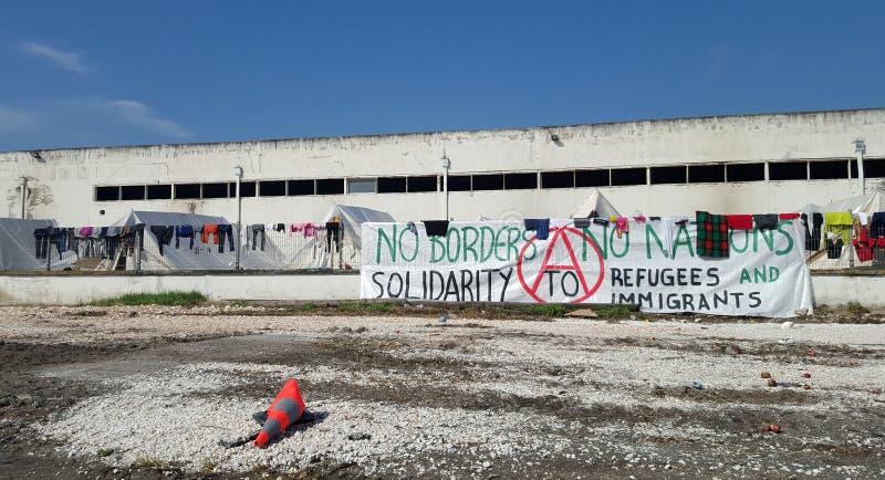 Larissa, Grecia - 19 de marzo de 2016: Refugiados que viven en tiendas fotos de archivo