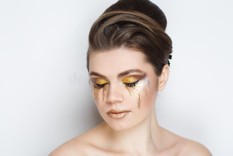 Larmes d'or de femme photos stock