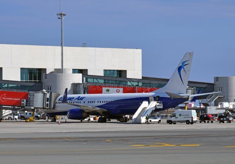 Larnaca, Chypre - 6 novembre 2018 Avions d'air bleu de ligne aérienne roumaine dans l'aéroport photographie stock libre de droits