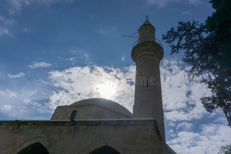 Larnaca/Cypern - Februari 2019: Hala Sultan Tekke eller moskén av Umm Haram är en muslimsk relikskrin på den västra banken av Lar royaltyfria bilder