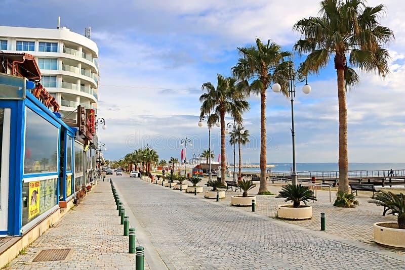 LARNACA, CYPRUS - MAART 03, 2019: Palmpromenade Phinikoudes De populaire promenade Phinikoudes van toeristen Europese destination royalty-vrije stock foto's