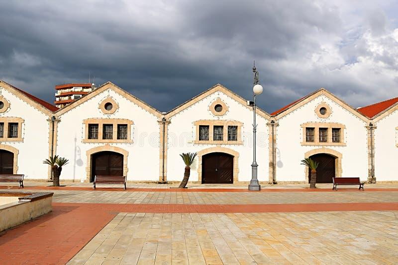 Larnaca kommunala Art Gallery p? den Europa fyrkanten i Larnaca, Cypern Första koloniala byggnader som byggs av britt arkivfoto