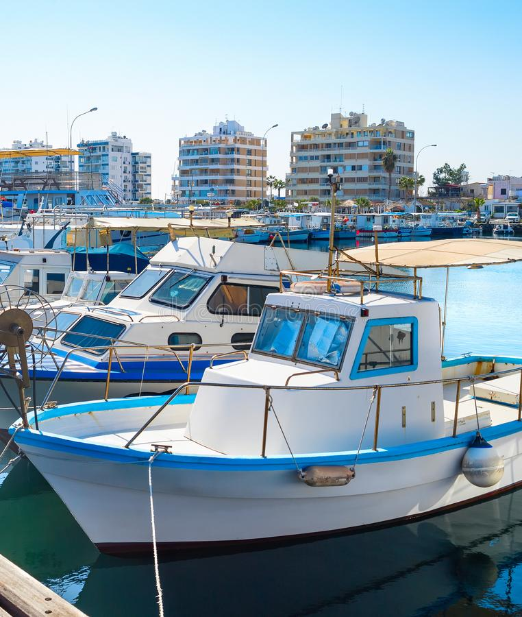 Larnaka-Jachthafenstadtbild, Yachten, Boote stockbilder