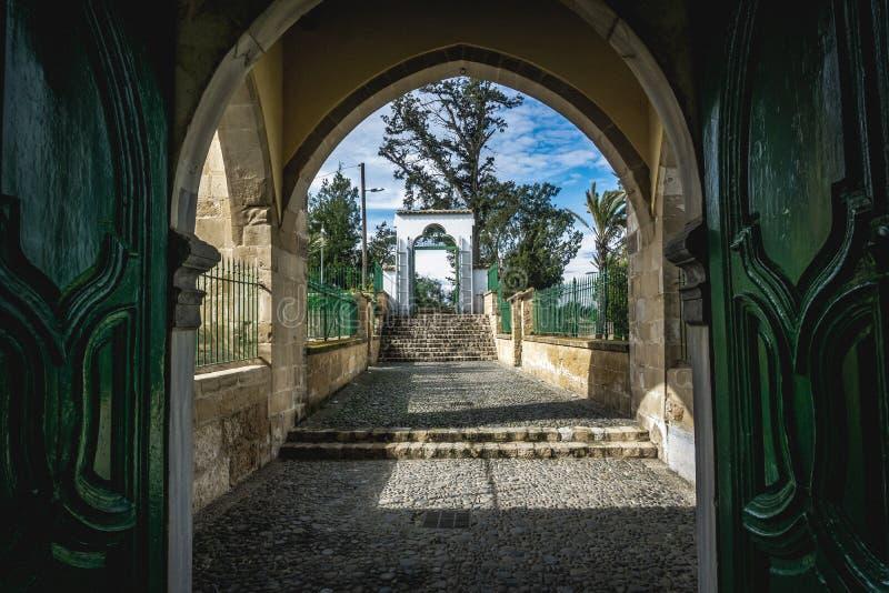 Larnaka/Zypern - Februar 2019: Hala Sultan Tekke oder Moschee von Umm Haram ist ein moslemischer Schrein am Westufer Larnakas Sal stockfoto
