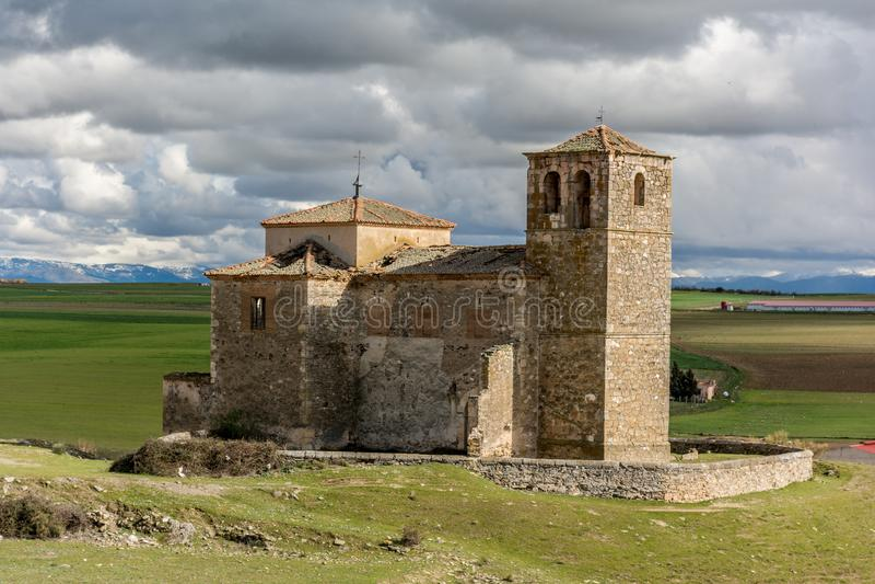 Las丰特斯和教会被放弃的村庄在塞戈维亚省,一个被放弃的镇的在的20世纪中 免版税图库摄影