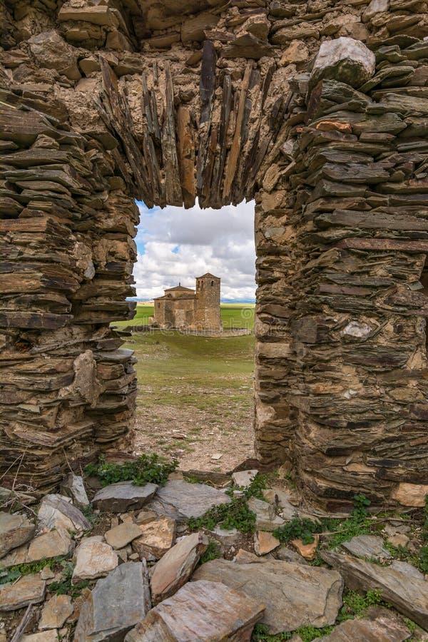 Las丰特斯和教会被放弃的村庄在塞戈维亚省,一个被放弃的镇的在的20世纪中 免版税库存图片