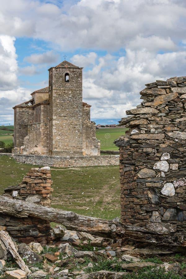 Las丰特斯和教会被放弃的村庄在塞戈维亚省,一个被放弃的镇的在的20世纪中 免版税库存照片
