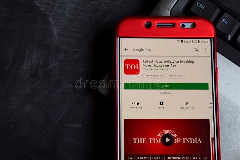 Las últimas noticias la India, Live Breaking News, revelador app del periódico en la pantalla de Smartphone foto de archivo libre de regalías