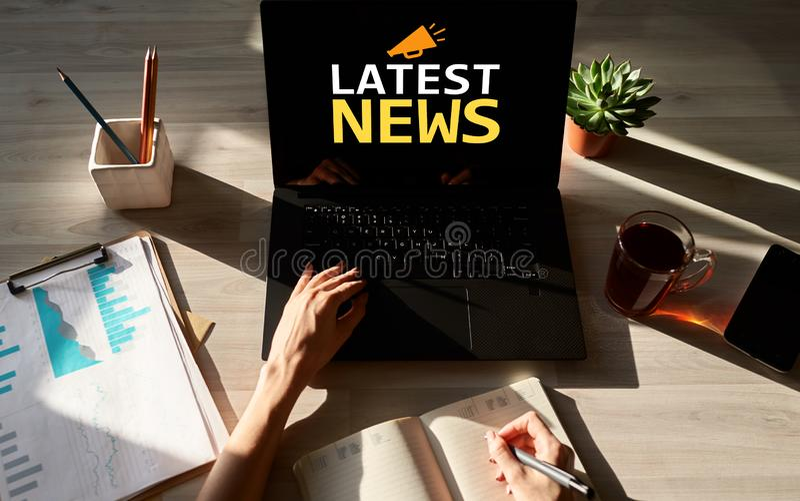 Las últimas noticias mandan un SMS e icono en la pantalla del dispositivo Internet del negocio y concepto de la tecnología imagen de archivo