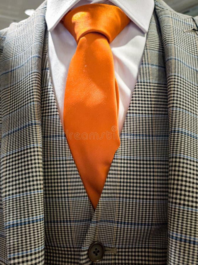 Las ?ltimas tendencias en la combinaci?n del traje, de la camisa y del lazo - lazo anaranjado fotografía de archivo