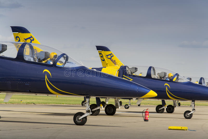 Las abejas bálticas Jet Team con aero- L-39 Albatros acepillan la situación en una pista imagen de archivo