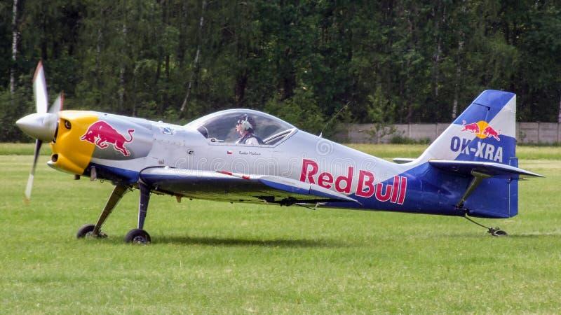 Las acrobacias aéreas de los toros del vuelo combinan Zlin-50LX que se prepara para llevar en taxi para el despegue fotos de archivo libres de regalías