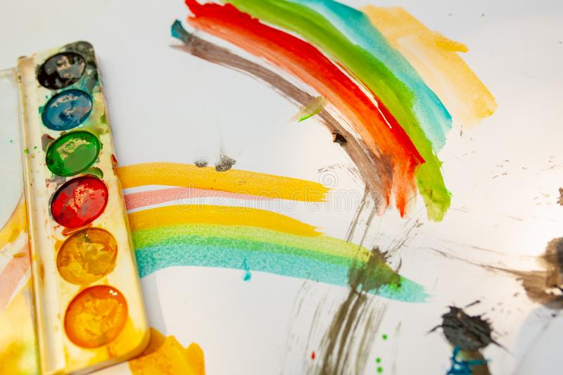 Las acuarelas de dibujo de los niños en una hoja blanca Creatividad del ` s de los niños Kaki Malyaki scribble embadurnamiento foto de archivo libre de regalías