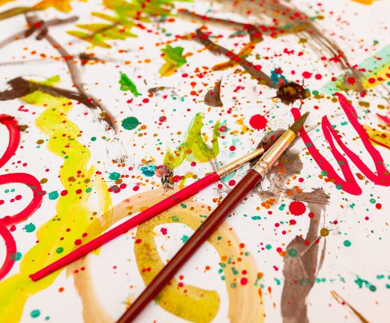 Las acuarelas de dibujo de los niños en una hoja blanca Creatividad del ` s de los niños Kaki Malyaki scribble embadurnamiento imagen de archivo libre de regalías