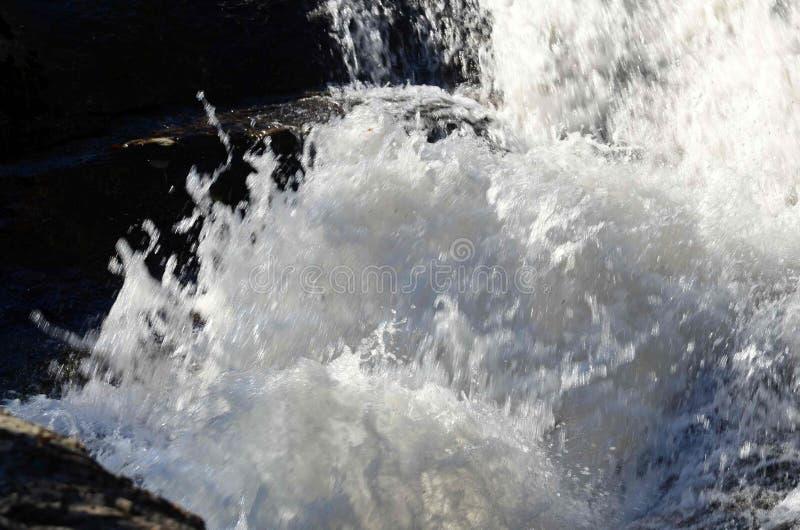 Las aguas de la cascada imagenes de archivo