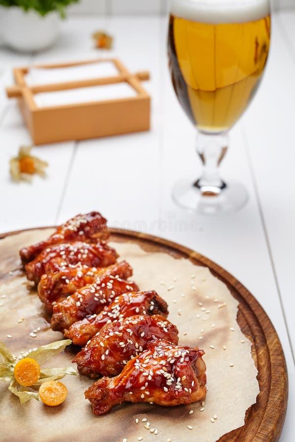 Las alas de pollo del búfalo frieron en salsa con el vidrio de cerveza foto de archivo libre de regalías