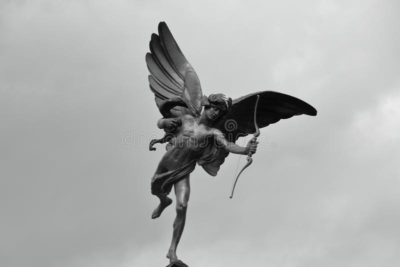 Las alas, el arco y la flecha fotografía de archivo
