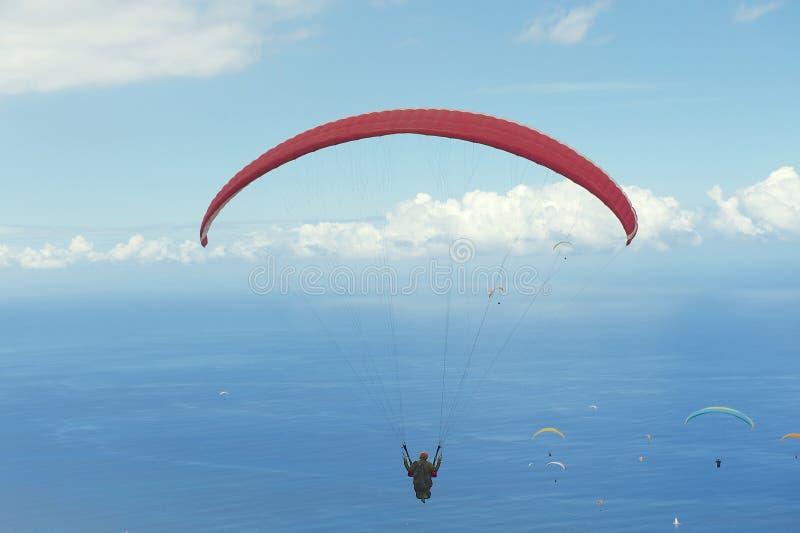 Las alas flexibles vuelan sobre el Océano Índico en Les Colimatons Les Hauts De Reunion, Francia imagen de archivo libre de regalías