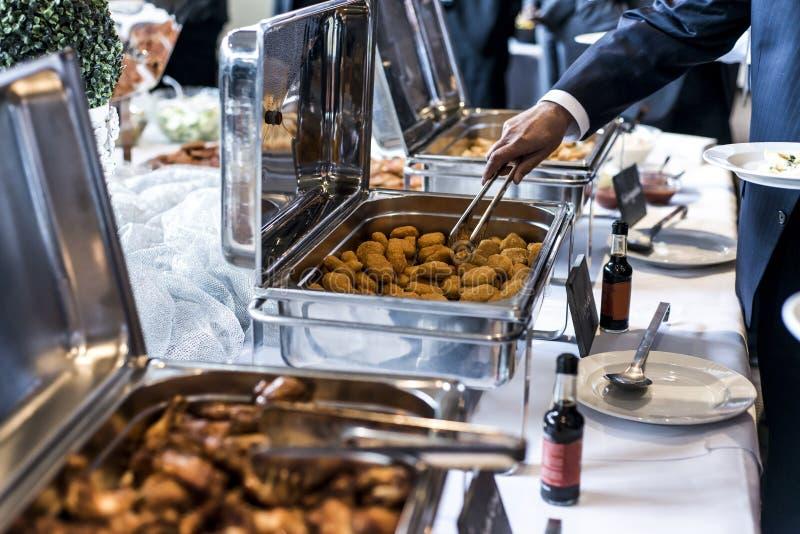 Las alas y las pepitas de pollo del Bbq con la salsa picante durante una reunión de negocios golpean imagen de archivo