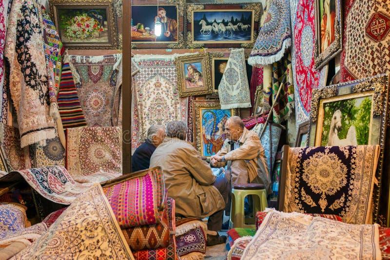 Las alfombras iraníes tradicionales hacen compras en el bazar de Vakil, Shiraz, Irán