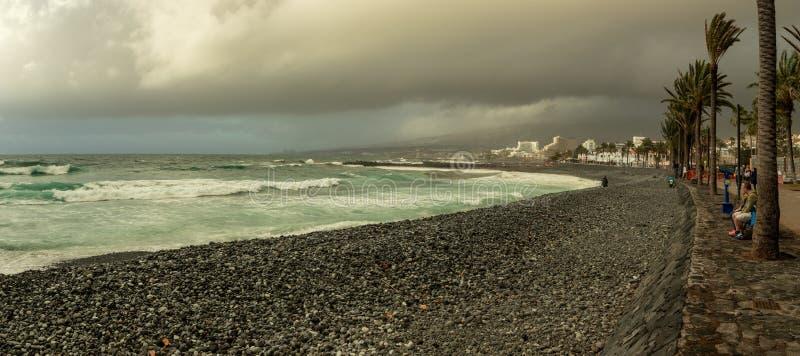Las Américas, Tenerife España - 28 de febrero de 2018: Vista de la costa costa en clima tempestuoso melancólico con las nubes que imágenes de archivo libres de regalías