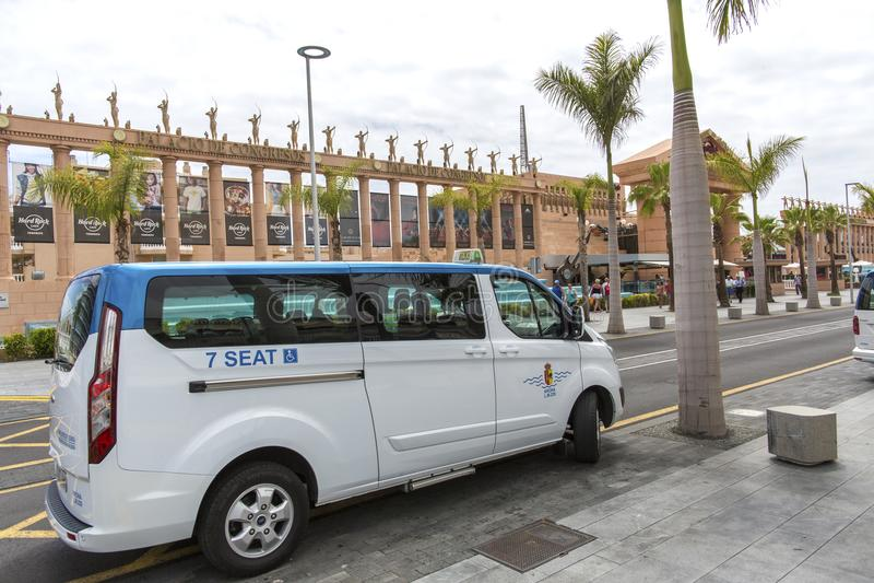 Las Américas, Tenerife, España - 17 de mayo de 2018: Taxi en la calle en Las Américas en el centro de ciudad imagen de archivo