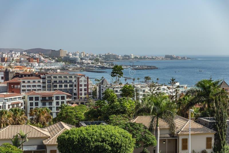 Las Americas, Tenerife, Spanien - September 25, 2018: Panoramautsikt av den mycket populära feriesemesterorten på ön med klubbor, arkivbild