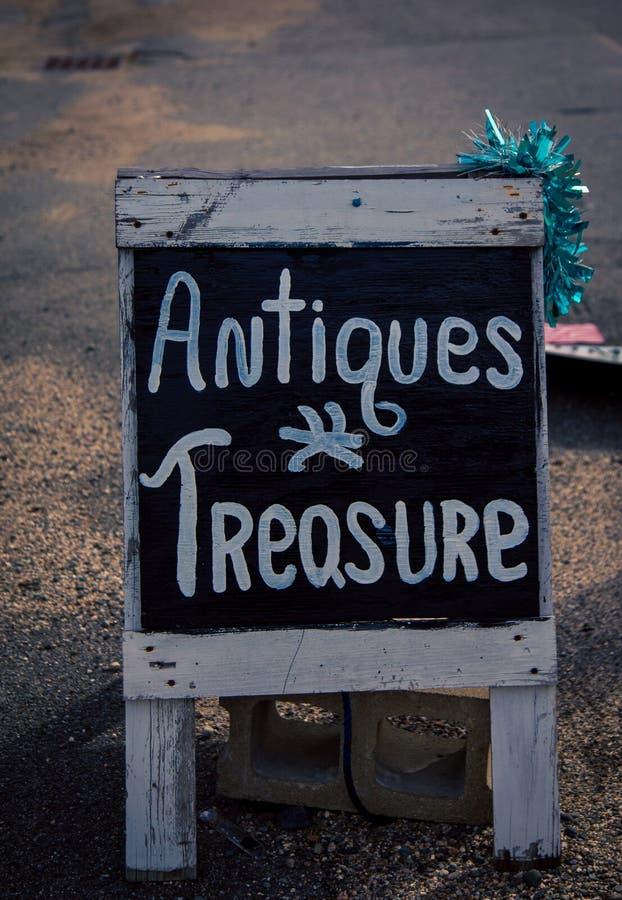 Las antigüedades firman adentro Nueva Inglaterra imagenes de archivo