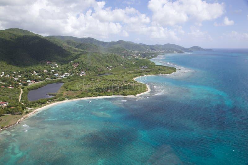Las Antillas, el Caribe, Antigua, visión sobre la bahía de Cades y Morris Bay imagen de archivo