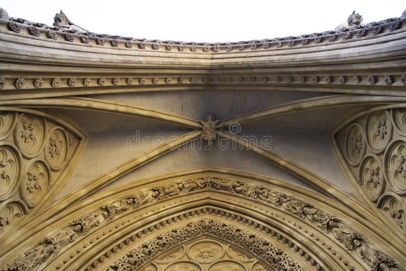 Las arcadas tallaron en una de las paredes externas de la abadía de Westminster fundadas por los monjes benedictinos adentro foto de archivo