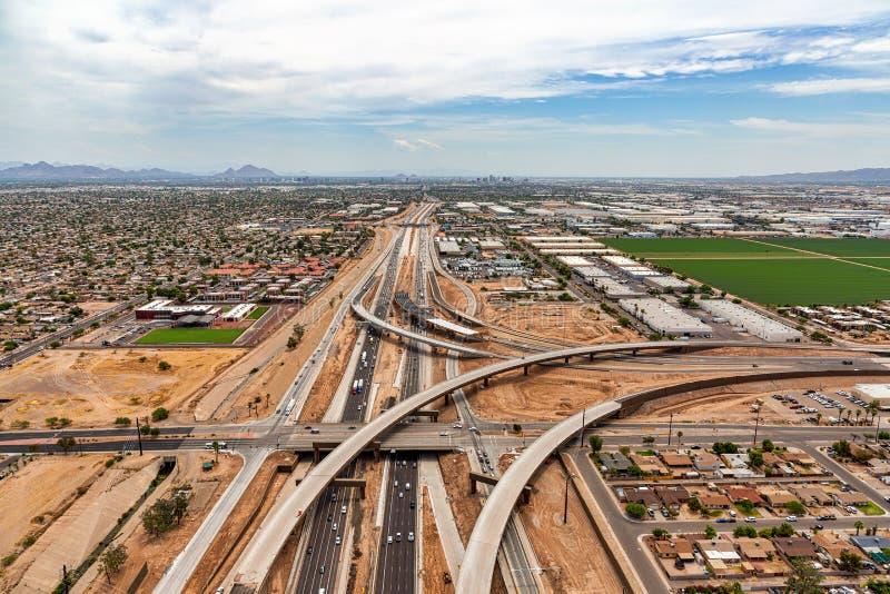 Las autopistas sin peaje se encuentran en el desierto urbano imágenes de archivo libres de regalías