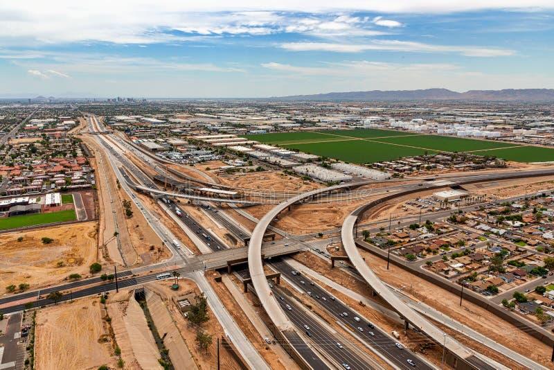 Las autopistas sin peaje se encuentran en el desierto urbano foto de archivo