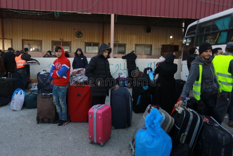 Las autoridades egipcias abren de nuevo la única travesía del pasajero entre Gaza y Egipto en ambas direcciones hoy foto de archivo