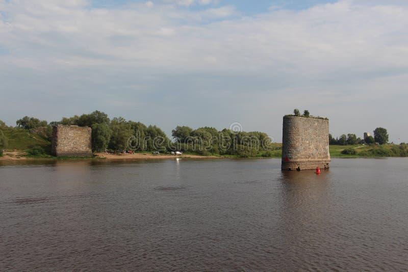 Las ayudas del puente viejo en el río foto de archivo