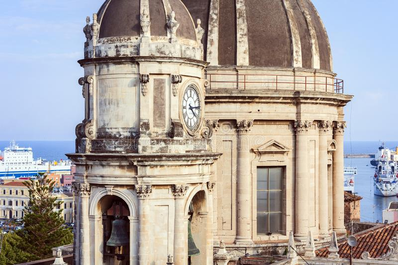 Las bóvedas de la catedral dedicaron al santo Agatha La vista de la ciudad de Catania, Sicilia, Italia imagen de archivo libre de regalías