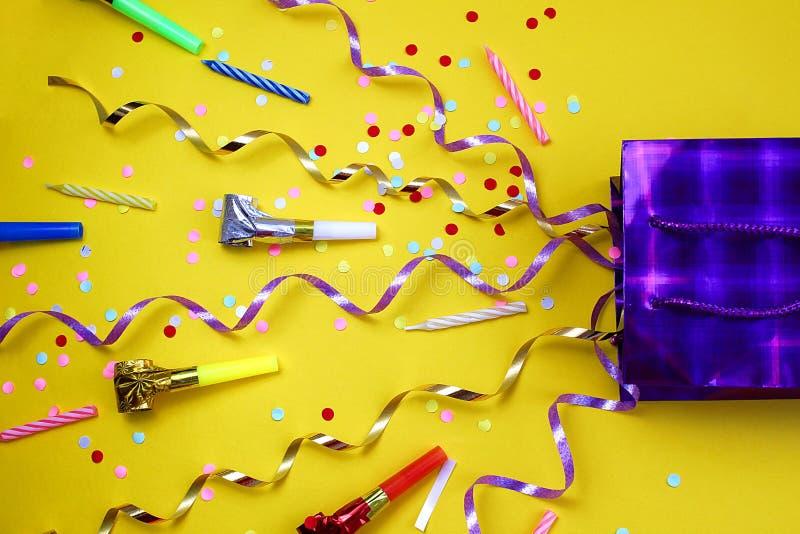 Las bagatelas festivas vuelan de un bolso del regalo fotografía de archivo libre de regalías