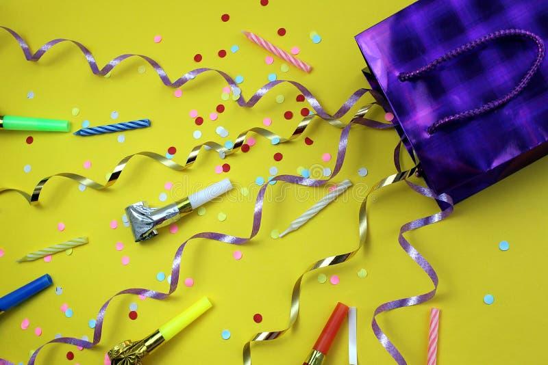 Las bagatelas festivas vuelan de un bolso del regalo imágenes de archivo libres de regalías