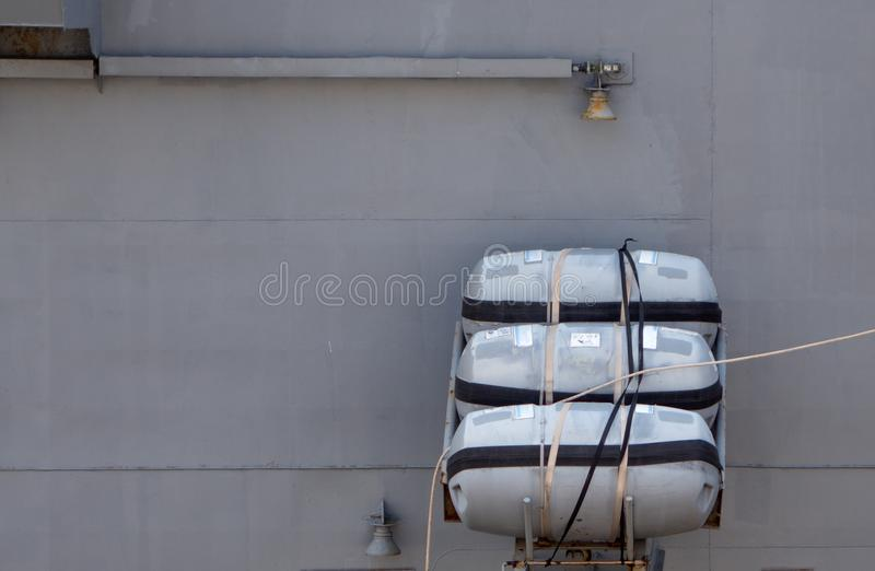 Las balsas salvavidas inflables están instaladas en la posición de trabajo a bordo del buque de guerra imagen de archivo