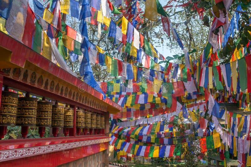 Las banderas budistas tibetanas y la rogación rueda adentro Darjeeling imagen de archivo