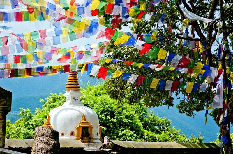 Las banderas coloridas agitan en el viento sobre el stupa en Katmandu, Nepal foto de archivo libre de regalías