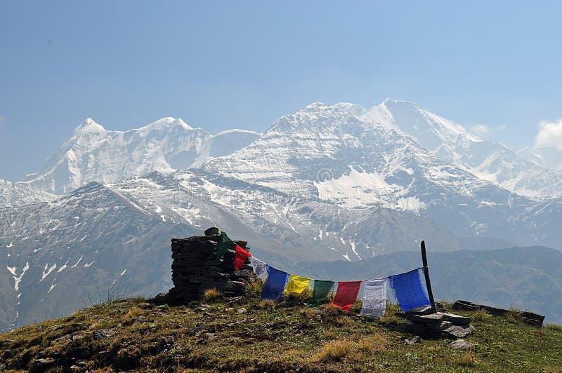 Las banderas tibetanas del rezo con Trishul enarbolan durante viaje himalayan del roopkund imagen de archivo