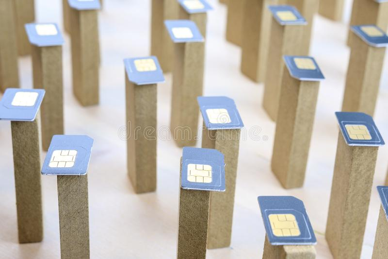 Las barras de madera que se colocan caótico encima de ellos son tarjetas puestas de SIM, teléfono móvil abstracto fotos de archivo