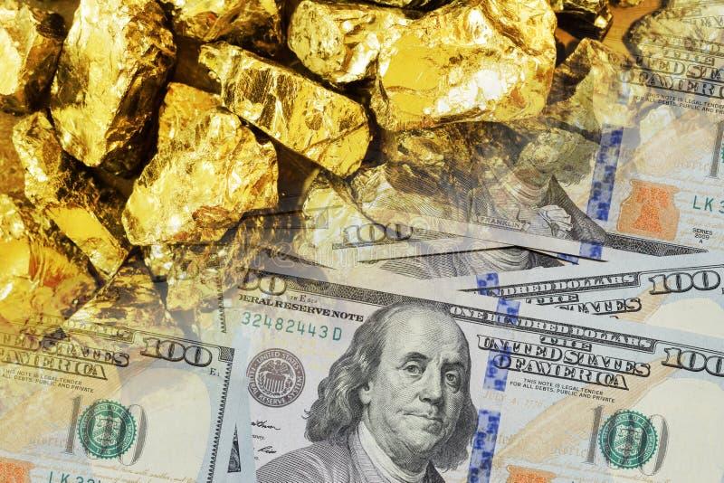 Las barras de oro y cientos billetes de dólar se cierran para arriba Concepto abstracto de poder financiero imagen de archivo libre de regalías