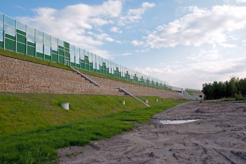 Las barreras de seguridad acercan a la carretera imagenes de archivo