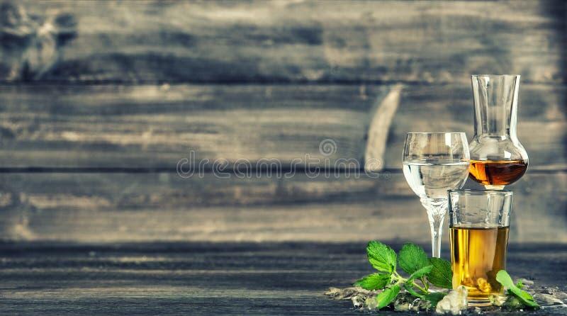 Las bebidas alcohólicas hielan el vintage de las bebidas de la comida de las hojas de menta entonado foto de archivo