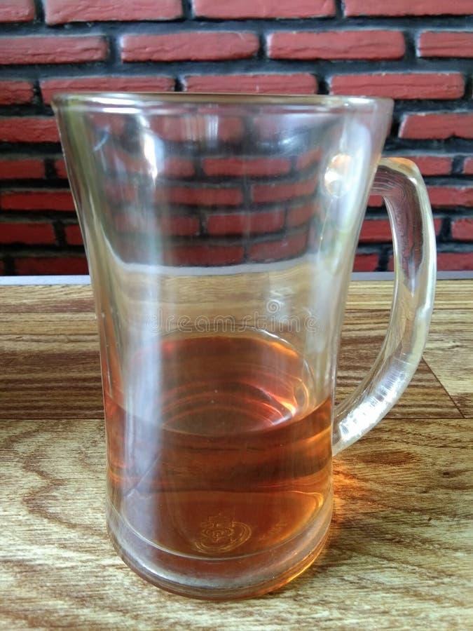 Las bebidas restantes del té en un vidrio foto de archivo libre de regalías